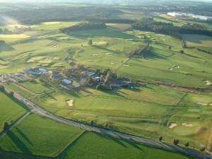 Ein Golfplatz von oben.